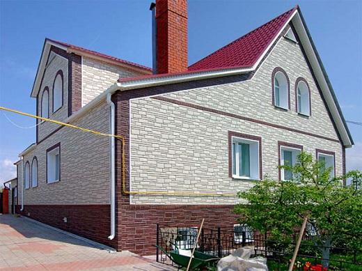 Фасад дома с применением цокольного сайдинга на фото