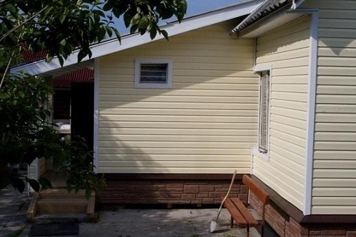 Применение цокольного сайдинга в облицовке фасада дома на фото