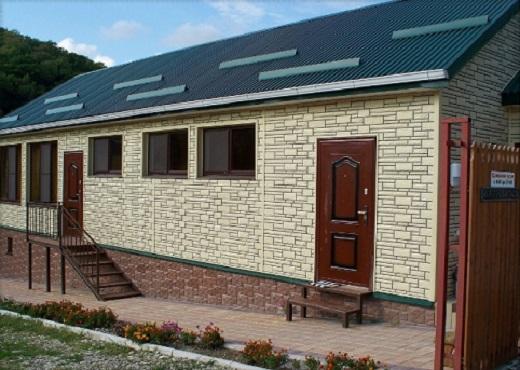 На фото дом, облицованный цокольным сайдингом Доломит