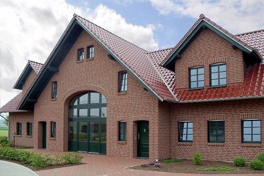 Дом, облицованный клинкерной плиткой с термопанелями на фото