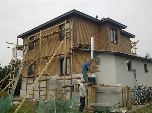 На фото показан процесс укладки фасадной клинкерной плитки