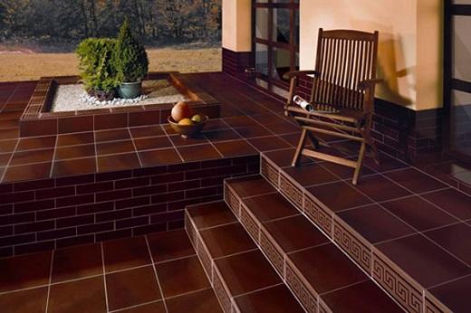 Дизайн веранды с применением разных видов клинкерной плитки на снимке