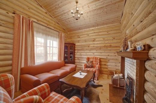 На рисунке пример отделки блок-хаусом гостиной