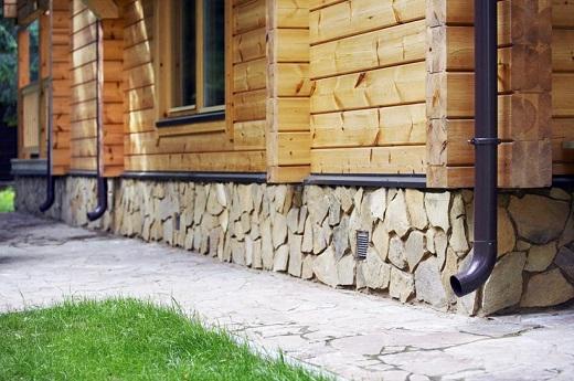 Цоколь, облицованный натуральным камнем на изображении