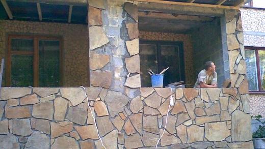 На снимке декоративная облицовка цоколя песчаником