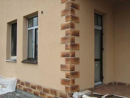 На фотографии фасад дома, покрытый штукатуркой