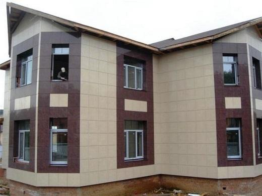 На фото показан дом, облицованный керамогранитом