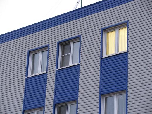 Металлический фасад промышленного здания на фотографии