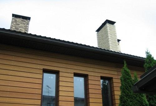 Планкен из лиственницы на фасаде дома на снимке