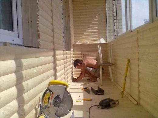 На рисунке изображен процесс монтажа блок-хауса на балкон
