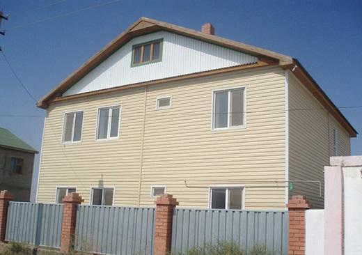 Фасад дома облицован виниловым сайдингом «орто» под дерево