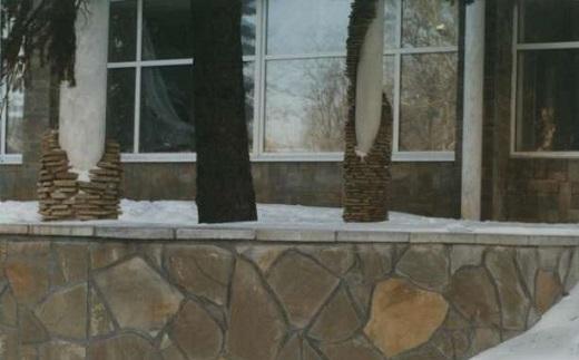 На фото показан цоколь, облицованный песчаником