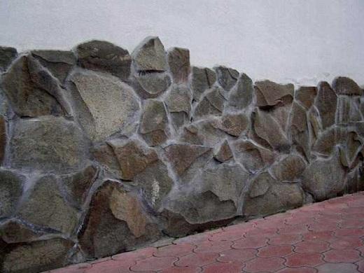 Цоколь, декорированный колотым песчаником на изображении