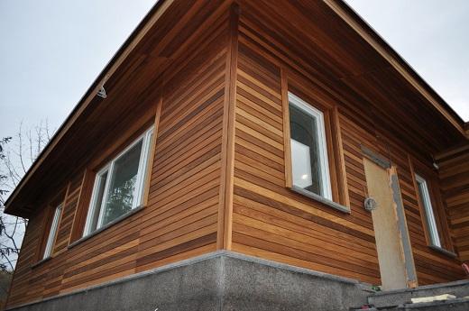 На фото пример дома, полностью отделанного планкеном из лиственницы
