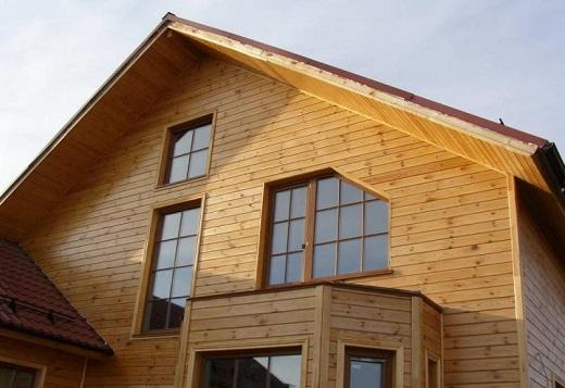 Образец применения винилового сайдинга под брус, для отделки фасада жилого дома