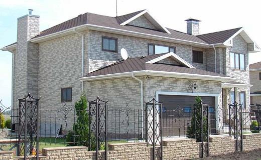 Наглядный пример облицовки фасада жилого дома сайдингом, имитирующим натуральный камень