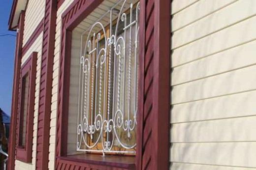 На фасаде этого дома металлический сайдинг из двух цветов