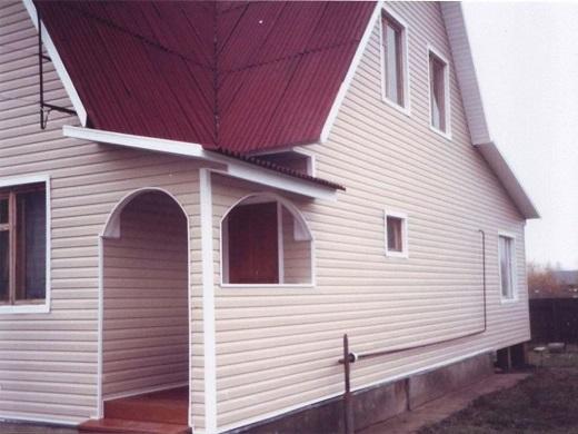 На снимке показан еще один вариант фасада, облицованного металлическим сайдингом