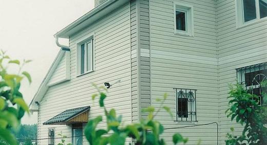 Отделка фасада здания виниловым сайдингом sayga