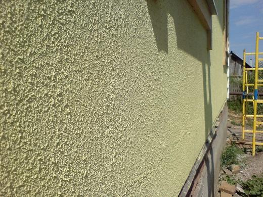 На фото фасад дома, оштукатуренный и покрашенный