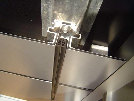 Крепление панелей алюкобонда на снимке