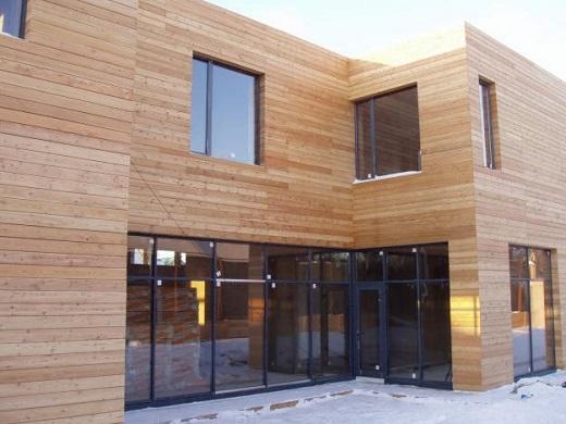 Фасад дома обшит планкеном из лиственницы