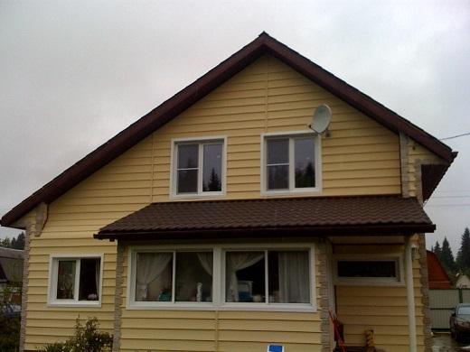 Виниловый сайдинг «Текос» в облицовке фасада дома на фото