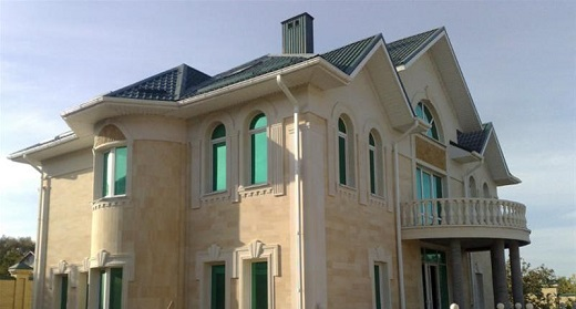 Так выглядит фасад дома, облицованный травертином