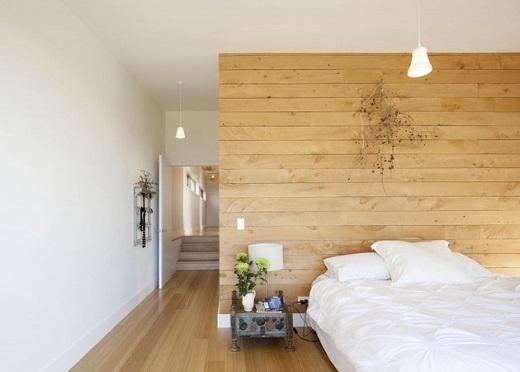 Спальня загородного дома обшита планкеном