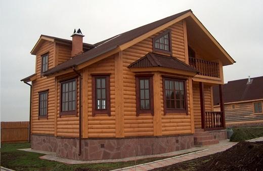 Отделка дома фасадными панелями, имитирующими фактуру бревна
