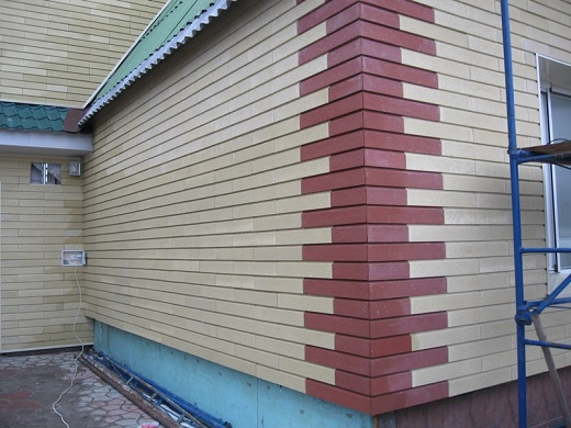 На снимке показан вентилируемый фасад из сайдинга под кирпич