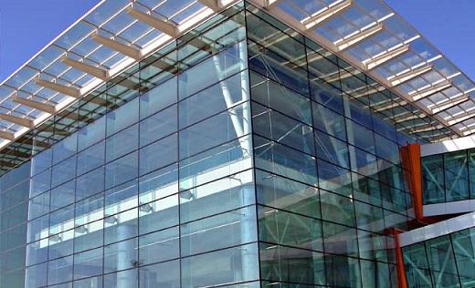 Алюминиевое остекление фасада на снимке