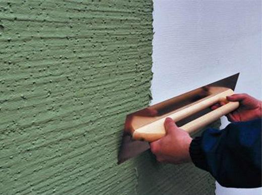 Нанесение штукатурки на фасад дома показан на изображении