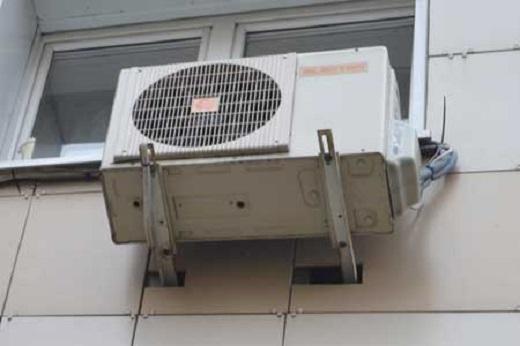 Кондиционер, установленный на вентилируемый фасад на фото