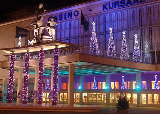 Существует огромное множество вариантов новогоднего и праздничного освещения зданий