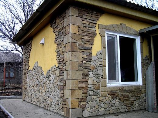 Облицовка фасада декоративным камнем на снимке