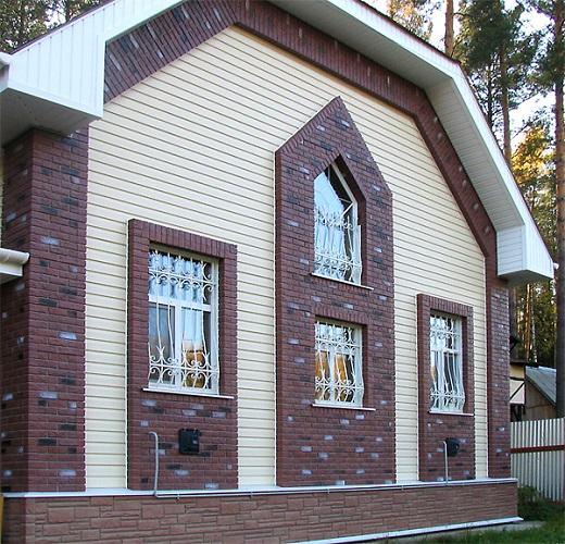 Облицовка дома сайдингом различных цветов и фактур смотрится очень красиво