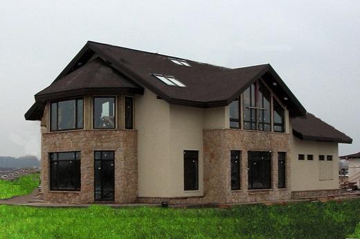 Комбинированный из камня и штукатурки фасад дома