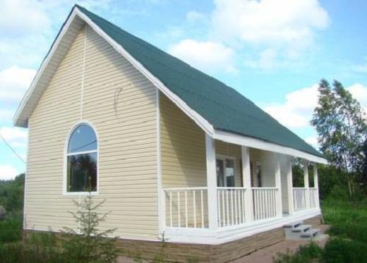 Вентилируемый фасад дома, защищенный сайдингом на изображении