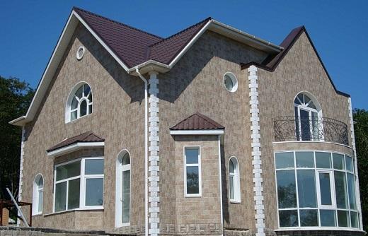Вентилируемый фасад из блок-хаус панелей на снимке