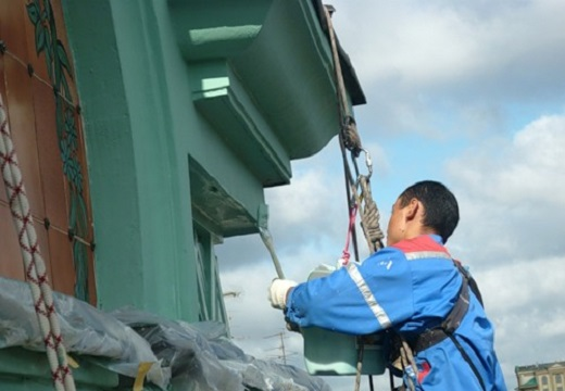 На снимке показан процесс проведения финишной отделки после ремонта фасада