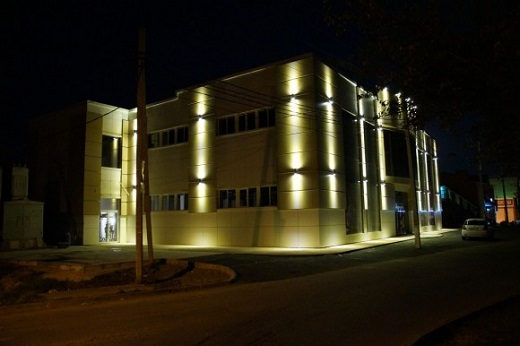 Двусторонний светильник, установленный на фасаде здания