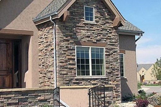 Фасад дома, облицованного камнем на фотографии