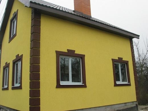 Фасад дома, утепленный пенопластом и декорированный штукатуркой «Короед»