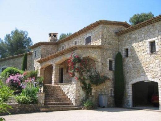 Дом с фасадом, как крепость
