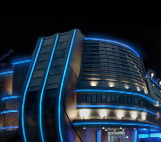 На данном фото видно применение различных световых элементов для выделения архитектуры здания