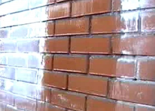 На фотографии показан эффект мокрого кирпича после обработки гидрофобизацией