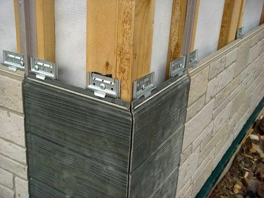 На фото показан процесс монтажа вентилируемого японского фасада