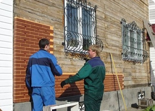 Процесс отделки фасада деревянного дома показан на фото