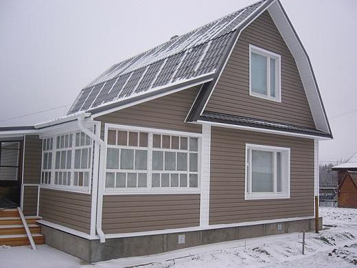На фото пример эффектной обшивки дома сайдингом